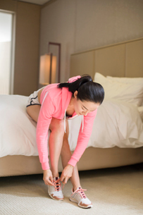 Young woman preparing for runningの写真素材 [FYI02216958]