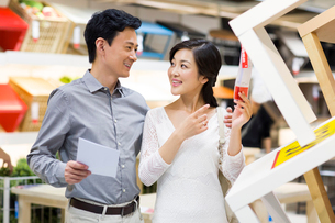 Happy couple shopping in furniture shopの写真素材 [FYI02216963]