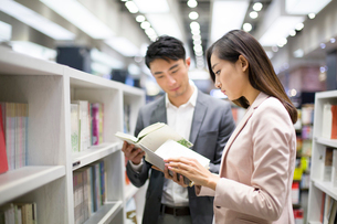 Young couple choosing books in bookstoreの写真素材 [FYI02217032]