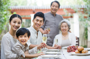Family eating holiday meal togetherの写真素材 [FYI02217059]