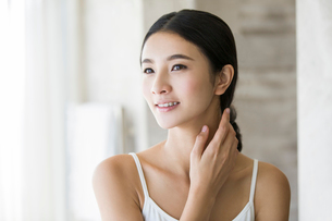 Young woman rubbing neckの写真素材 [FYI02217079]