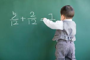 Cute baby doing mathematics on blackboardの写真素材 [FYI02217095]