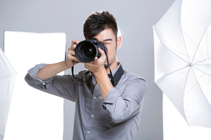 Photographer taking picture in studioの写真素材 [FYI02217125]