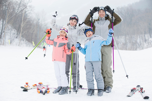 Young family skiing in ski resortの写真素材 [FYI02217185]