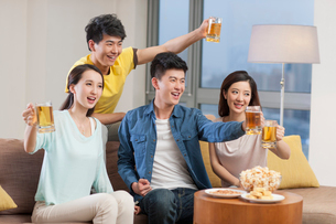 Young adults watching sports games with beerの写真素材 [FYI02217217]