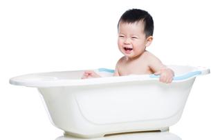 Cute baby in bathtubの写真素材 [FYI02217235]