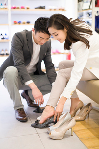 Young couple buying shoes in shopの写真素材 [FYI02217238]