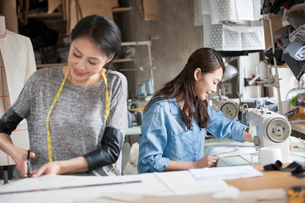 Two fashion designers working in studioの写真素材 [FYI02217256]
