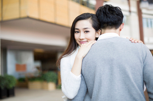 Young couple embracing in shopping mallの写真素材 [FYI02217290]