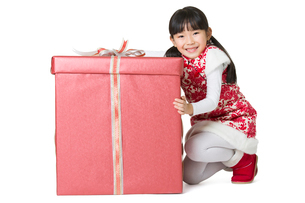 Happy girl with gift celebrating Chinese New Yearの写真素材 [FYI02217301]
