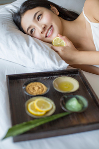 Young woman and natural facial maskの写真素材 [FYI02217331]