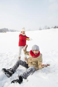 Two children having snowball fightの写真素材 [FYI02217337]