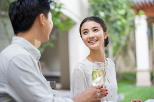 Young couple celebrating with champagneの写真素材 [FYI02217437]