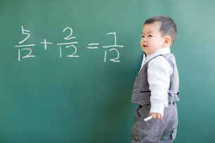 Cute baby doing mathematics on blackboardの写真素材 [FYI02217555]