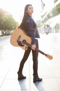 Female guitaristの写真素材 [FYI02217587]