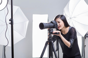 Photographer taking picture in studioの写真素材 [FYI02217638]
