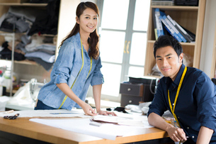 Two fashion designers working in studioの写真素材 [FYI02217668]