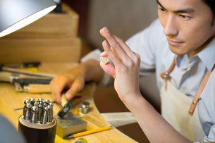 Male jeweler making a ringの写真素材 [FYI02217682]