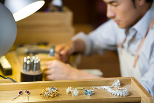 Male jeweler working in studioの写真素材 [FYI02217689]
