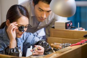 Jeweler examining jewelry with loupeの写真素材 [FYI02217694]