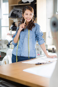 Female fashion designerの写真素材 [FYI02217702]