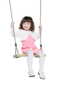 Cute little girl on swingの写真素材 [FYI02217721]