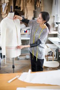 Fashion designer working in studioの写真素材 [FYI02217735]