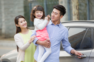 Happy young family and carの写真素材 [FYI02217751]