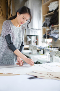 Fashion designer working in studioの写真素材 [FYI02217759]