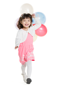 Cute little girl running with balloonsの写真素材 [FYI02217761]