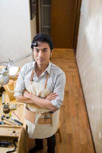 Male jeweler standing in studioの写真素材 [FYI02217762]