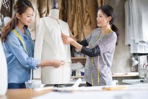 Two female fashion designers working in studioの写真素材 [FYI02217768]