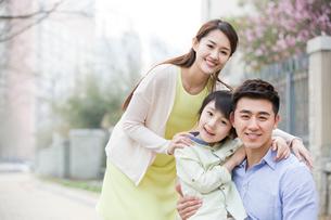Happy young familyの写真素材 [FYI02217773]