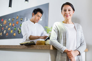 Restaurant owner and cashierの写真素材 [FYI02217781]