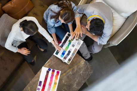 Fashion designers talking in studioの写真素材 [FYI02217801]