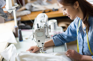 Fashion designer using sewing machineの写真素材 [FYI02217835]