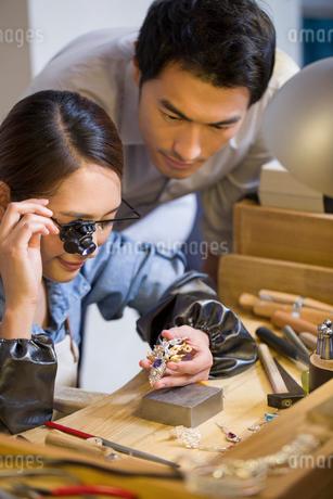 Jeweler examining jewelry with loupeの写真素材 [FYI02217855]