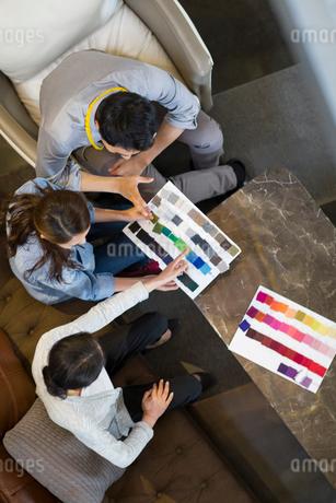 Fashion designers talking in studioの写真素材 [FYI02217888]