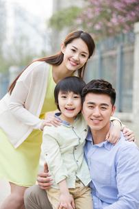 Happy young familyの写真素材 [FYI02217902]