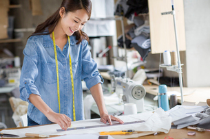 Fashion designer working in studioの写真素材 [FYI02217950]