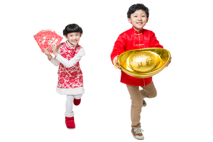 Happy children holding red envelopes and Chinese traditional currency yuanbaoの写真素材 [FYI02217960]