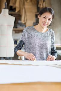 Fashion designer working in studioの写真素材 [FYI02217968]