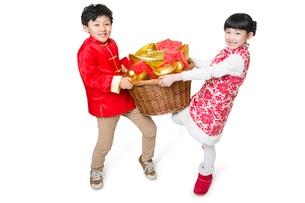 Happy children carrying red envelopes and Chinese traditional currency yuanbaoの写真素材 [FYI02217981]
