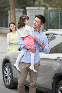 Happy father holding daughter in his armsの写真素材 [FYI02218017]