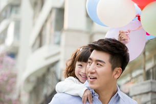 Happy father and daughter with balloonsの写真素材 [FYI02218027]