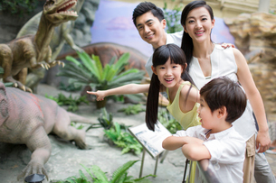 Young family in museum of natural historyの写真素材 [FYI02218047]