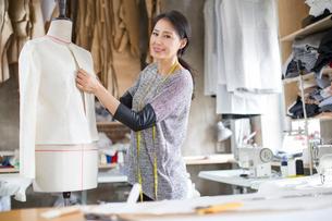 Fashion designer working in studioの写真素材 [FYI02218051]
