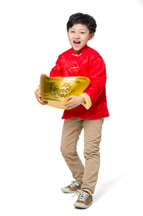 Happy boy holding a large Chinese traditional currency yuanbaoの写真素材 [FYI02218055]