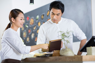 Young waitress and cashierの写真素材 [FYI02218065]