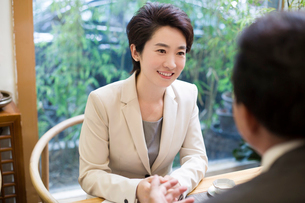 Business person discussing in tea roomの写真素材 [FYI02218268]